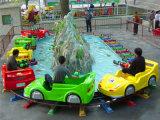Автомобили езды занятности парка вокруг холма и воды