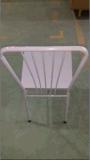 低価格のファースト・フードのレストランの椅子