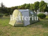 خيمة كبيرة لأنّ أسرة يخيّم في شحن