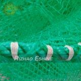 手で作られる海きゅうりの水産養殖のケージ