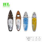 Levar in piedi in su il surf gonfiabile della pala per gli sport di acqua