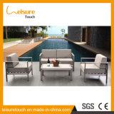現代コーヒーテーブルの屋外の庭のソファーの家具との居間のコーナーによって陽極酸化されるアルミニウムL字型部門別