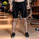 Calças curtas apertadas dos homens que dão um ciclo Shorts para esportes