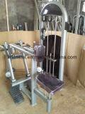 L'esercitazione commerciale lavora la strumentazione alla macchina interna dell'adduttore della coscia