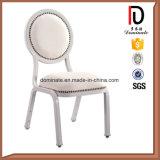 赤い丸背および椅子を食事する白い縞ファブリック