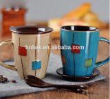 Taza de café esmaltada dos tonos modificada para requisitos particulares del gres con la cuchara en maneta