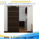 納屋の大戸の戸棚のハードウェアを滑らせる旧式な様式