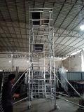 Subir la escalera de aluminio andamios móviles