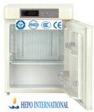 反対の薬学冷却装置(HEPO-U50)の下の小型ベンチの上または