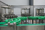 Le flacon en verre bouteille en plastique automatique boire des boissons de jus de l'équipement de remplissage