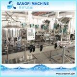 El agua mineral/el agua pura/el agua de manatial bebe el equipo