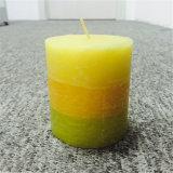 緑の黄色い層のパラフィンの無作法なハンドメイドのクラフトの蝋燭