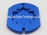 青い産業機械を押すCNCの旋盤