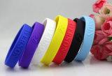 La gomma impressa lega il braccialetto del silicone