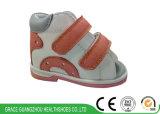 高品質の通気性の安定性のSandelの子供の歩きやすい靴