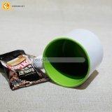 陶磁器のミルクのココアのコーヒー飲むコップ