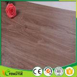 Suelo de madera impermeable decorativo del PVC del grano de madera con la capa ULTRAVIOLETA