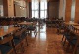 Intérieur de restaurant français dans un mobilier ancien de style classique