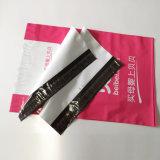 シールが付いている多郵便利用者のエンベロプ袋を包むカスタムTシャツ