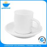Tazza di ceramica bianca con il piattino per il ristorante
