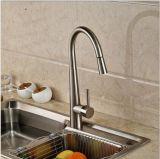 Monte la cubierta níquel cepillado tira hacia abajo / hacia fuera del fregadero de cocina Grifo