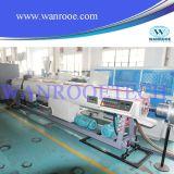 Tubulação plástica da canalização elétrica que faz a máquina