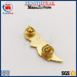 蝶は金属の金の一義的な中心の天使の折りえりPinをつかむ
