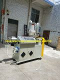 Maquinaria expulsando do plástico para fazer o cateter CVC médico