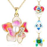 De meisjes vormen de Halsband van de Parel van de Bloem van het Email van het Kristal van Juwelen