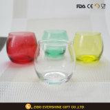 薄い色の卵の整形水飲むガラスのコップ