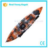Caiaque de pesca profissional sente-se no topo da canoa do mar com leme