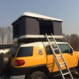 육로로 도로 트레일러 차량 차 단단한 지붕 상단 천막 떨어져 야영하는 4WD SUV