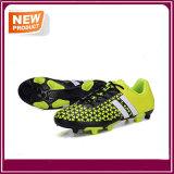 人の方法屋外のサッカーはフットボールの靴を起動する
