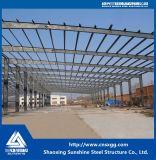 Bastidor de la estructura de acero con materiales de construcción para el taller
