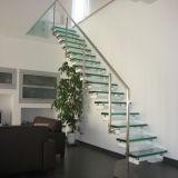 Utiliza la escalera de madera flotante con barandillas de vidrio