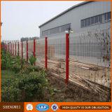 Triángulo de malla de alambre doblado fábrica cerca de la zona de jardín