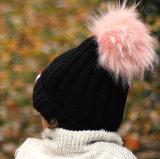 並べられたPOMの帽子が付いている方法Winteの帽子の帽子の耳の折り返しによって編まれる帽子