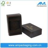 La impresión de ver la caja de regalo con inserto de satén de embalaje de joyería