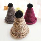 El hombre de encargo de la gorrita tejida del bordado se divierte el sombrero del invierno