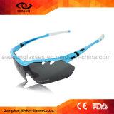 Ультрамодные люди и женщины задействуя солнечные очки спортов зеркала стекел UV поляризовыванные доказательством идущие