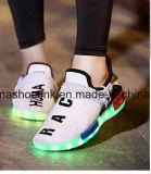 Sports d'éclairage LED de l'hiver exécutant les chaussures occasionnelles avec le haut de tricotage