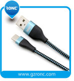 Handy-Gebrauch, der USB-Kabel auflädt