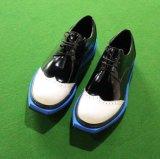 Os homens de couro preto vestir as sapatas de negócios