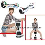 Selbst, der gefalteten elektrischen Mobilitäts-Bewegungsroller balanciert