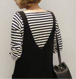 女性はポケットが付いている袖なしのセーターのベストの服を作る