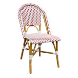 椅子を食事するスタック可能パリの屋外の藤の柳細工の喫茶店
