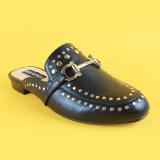 Deslizadores ocasionales Low Heel de señora Black Studded para las mujeres
