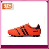Le football de la mode des hommes chausse des chaussures du football
