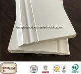 鋳造物のまわりを回る白いプライマー木