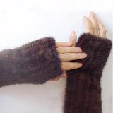 女性絹によって並べられる皮手袋は手首および手の手袋を暖める